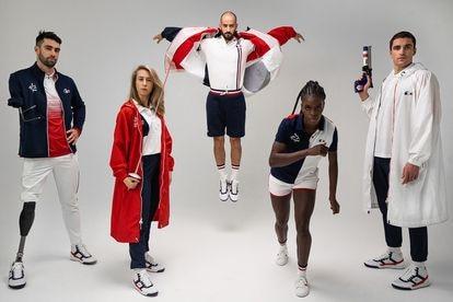 Delegação francesa posa com seus uniformes olímpicos.
