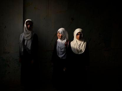 Três alunas da escola Marshal Dostum, em maio deste ano, em Sheberghan, no norte do país, uma das primeiras capitais a cair em agosto.