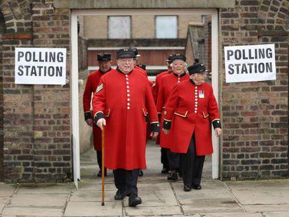 Aposentados da marinha britânica, moradores do Royal Hospital de Chelsea, após votar na quinta-feira em Londres.