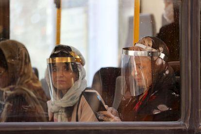 Passageiras em um ônibus, nesta segunda-feira em Teerã.