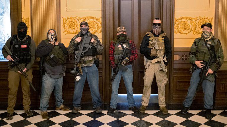 Um grupo de manifestantes armados, no Capitólio estadual de Michigan, na quinta-feira.