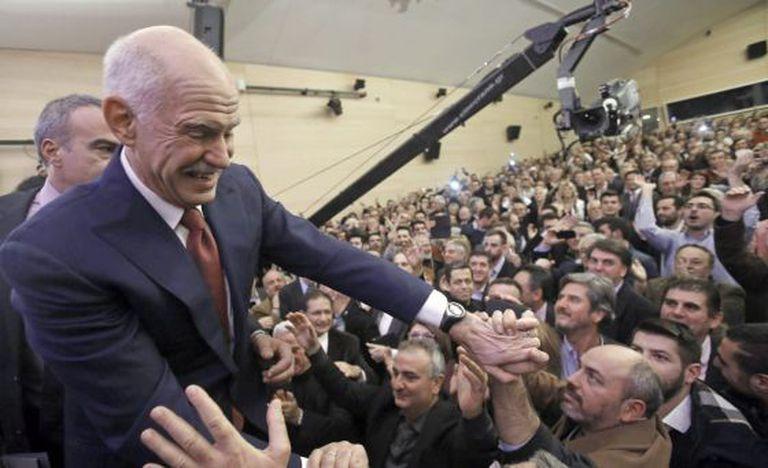 Giorgos Papandreu durante a reunião inaugural do novo partido.