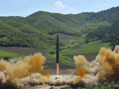 Foto distribuída em 4 de julho pelo Governo da Coreia do Norte mostra o que supostamente é um míssil intercontinental