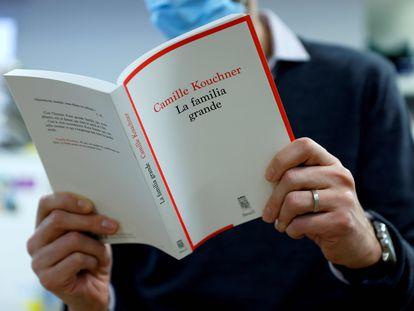 Um homem lê 'La familia grande', de Camille Kouchner, em Paris.