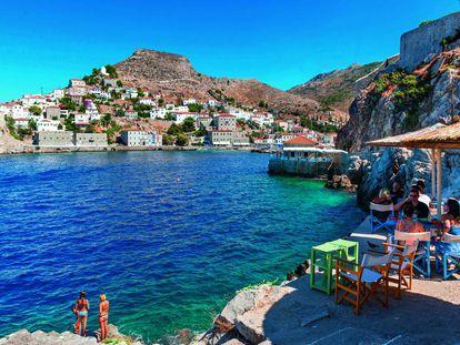 Um dos terraços no porto da ilha de Hydra.