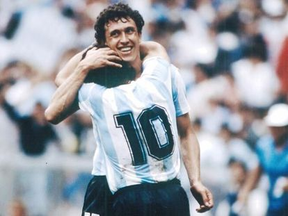 Valdano abraça Maradona durante a Copa do México 86.
