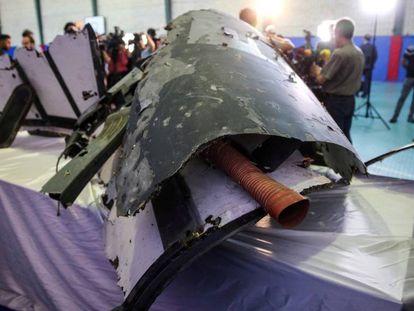 Supostos restos do avião não tripulado norte-americano mostrados em Teerã nesta sexta-feira.