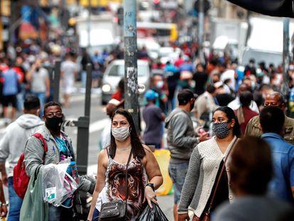 Multidão caminha pelas ruas de São Paulo no dia 26 de junho deste ano.