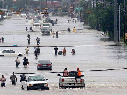 Famílias evacuam casas em Houston, Texas. / Vídeo: Resgate de una pessoa em risco em um barco.