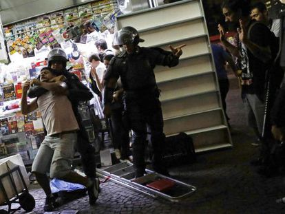 Policial detém manifestante em ato desta sexta.