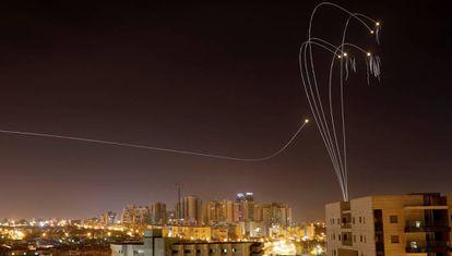 Interceptação de um foguete lançado de Gaza pelo sistema antimísseis Domo de Ferro sobre Ashkelon, onde morreram três israelenses.