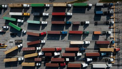 Caminhões com contêineres no porto de Baltimore, em 14 de outubro.