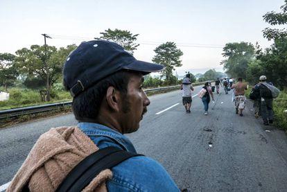 Manuel caminha pela estrada de Huixtla, Chiapas.