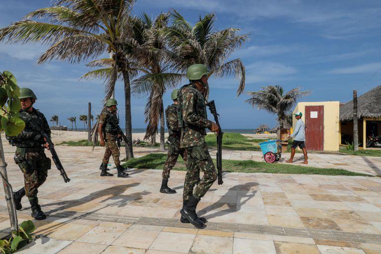 Soldados patrulham praia em Fortaleza.