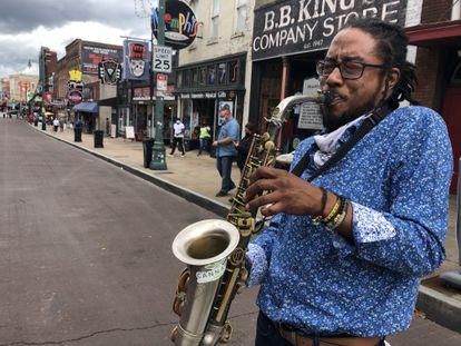 O saxofonista Coleman Garrett II em uma rua de Memphis.