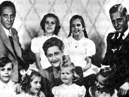 Joseph Goebbels (esquerda) e Magda com seus seis filhos e Harald (filho dela do primeiro casal).