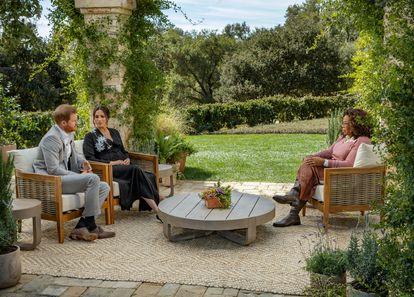 O príncipe Harry e sua esposa, Meghan Markle, durante a entrevista a Oprah Winfrey, gravada em fevereiro.