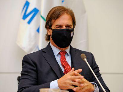 O presidente Luis Lacalle Pou usa máscara durante encontro no seu gabinete.