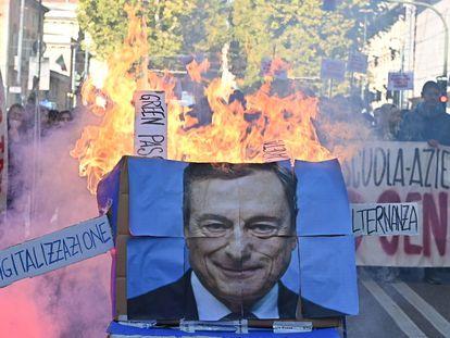 Estudantes queimam foto do primeiro-ministro Mario Draghi durante protesto em Turim.