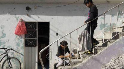 Jonathan, filho de uma vítima de feminicídio, com sua prima na casa da família.