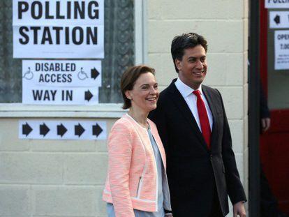 Miliband com sua esposa, após votar em um centro eleitoral em Sutton.