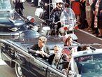Imagen de Oiiver Stone con el presidente John Fitzgerald Kennedy segundos antes de ser asesinado en Dallas.