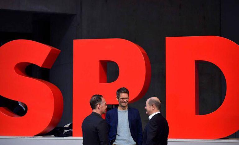 O porta-voz do SPD alemão, Stefen Ruelke, entre o ministro das Finanças, Olaf Scholz (direita) e o das Relações Exteriores, Heiko Maas, neste sábado em Berlim.