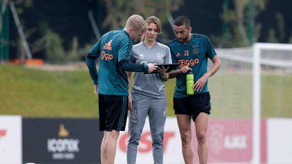 A diretora de de ciência esportiva Vosse de Boode, entre Van de Beek e Ziyech, num treino do Ajax em Doha, em janeiro de 2020.