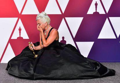 Lady Gaga com sua estatueta, vencedora do Oscar 2019 de melhor música por 'Shallow', da trilha de 'Nasce uma estrela'.