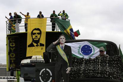 Manifestantes favoráveis ao presidente Jair Bolsonaro protestam contra o ex-ministro Sergio Moro em Brasília, no dia 9 de maio.