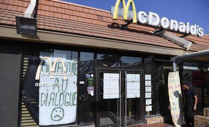 Funcionários do McDonald's de Saint Barthelemy junto à porta do estabelecimento.