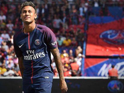 Neymar é apresentado aos torcedores do PSG.