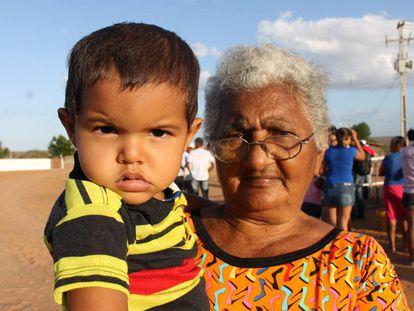 Criança e avó no interior do Rio Grande do Norte, Brasil.