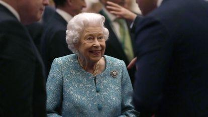 A rainha Elizabeth II e o primeiro-ministro Boris Johnson, à esquerda, durante uma recepção no castelo do Windsor, na terça-feira.