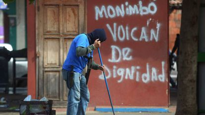 Paramilitar vigia estabelecimento comercial em Monimbó