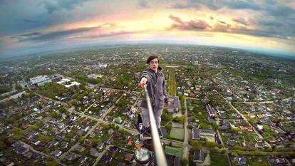 Ervin Punkar faz uma 'selfie' sobre uma torre de televisão em Tartu (Estônia).