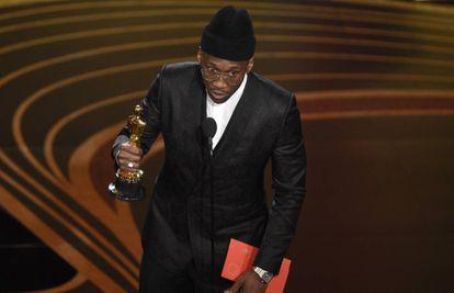 Mahershala Ali recebe o Oscar de melhor ator coadjuvante por sua atuação em 'Green Book'.