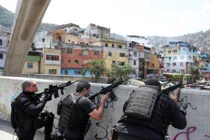 Policiais na passarela da Rocinha: tiroteio leva pânico à população do Rio de Janeiro nesta sexta-feira.