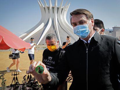 Jair Bolsonaro próximo à Catedral de Brasília, em 23 de agosto.