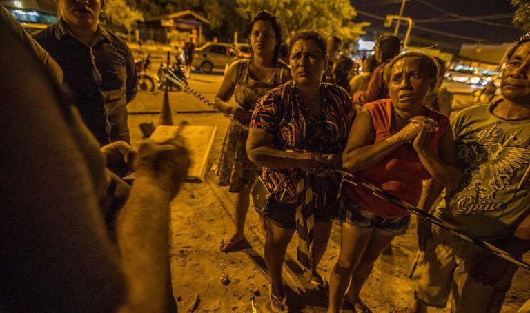 Famílias de presos esperam por informações em frente ao IML de Boa Vista.