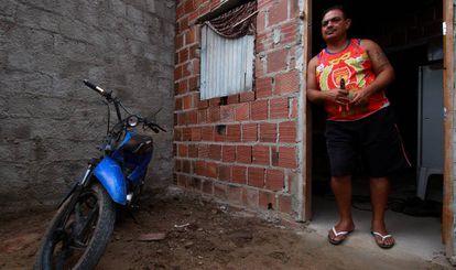 O pintor industrial Ubiray de Carvalho Santos na casa onde vive, no Areal.