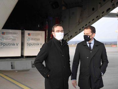O agora ex-primeiro-ministro eslovaco Igor Matovic (direita) e seu ministro da Saúde, Marek Krajci, no mês passado no aeroporto de Kosice.