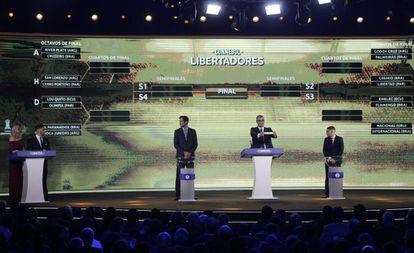 Os jogadores Roque Santa Cruz e Juan Fernando Quintero participaram do sorteio no Paraguai.