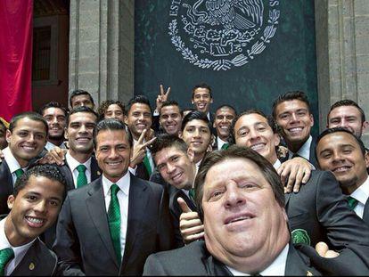 O treinador Herrera à frente e atrás o presidente Peña Nieto.