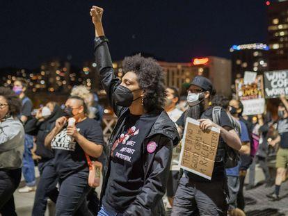 Manifestantes marcham ao longo da ponte Hawthorne depois que policiais atiraram em um sem-teto no Lents Park em 16 de abril de 2021, em Portland, Oregon.