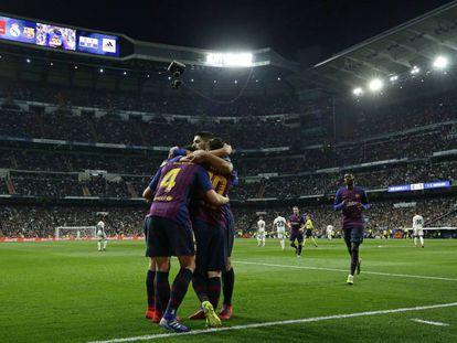 Rakitic comemora com companheiros o único gol do El Clásico.