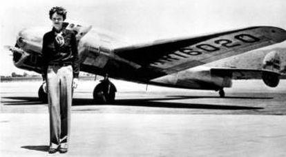 Amelia Earhart com o bimotor que caiu.
