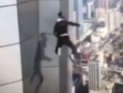 O famoso 'rooftopper' Wu Yongning, de 26 anos, participava de um desafio quando sofreu o acidente