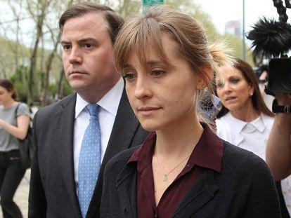 A Allison Mack deixa tribunal em Nova York após ser ouvida por juiz no caso de suas acusações de tráfico sexual de mulheres.