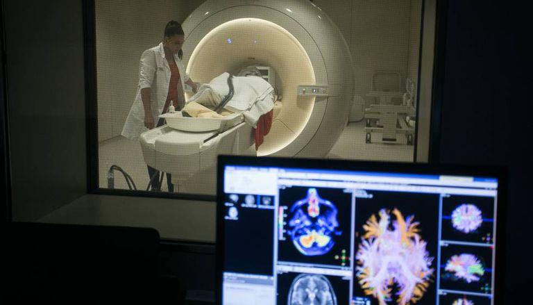 Uma sala de ressonância magnética na Fundação Pasqual Maragall, que pesquisa sobre o Alzheimer.